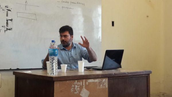 O professor Leomar Rippel durante a apresentação do trabalho.