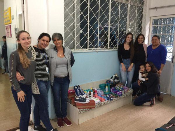 Alguns acadêmicos e integrantes da Casa Abrigo durante a entrega dos alimentos doados pelos acadêmicos do Cesul.