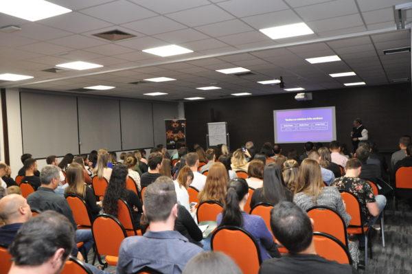 O auditório da Cresol ficou lotado para o evento sobre educação financeira.