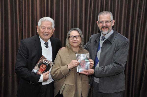 O professor Luiz Fernando Coelho, professora Roselí Teresinha Michaloski Alves e o dr. Arni Hall durante o lançamento do livro.