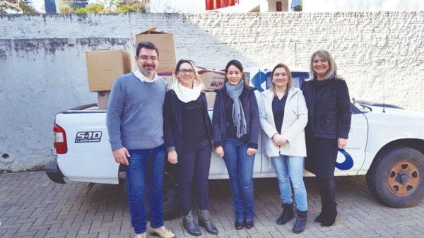 Rafael Bahr, Marisa Alves de Oliveira, Keli Trindade e Daniela Urio Mujahed, do Cesul, entregaram as doações para Nádia Bonatto, seretária de Assistência Social de Francisco Beltrão.