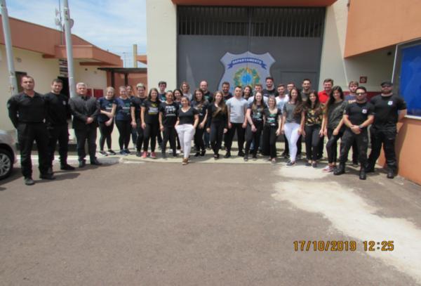 Pessoal do Cesul com a direção e alguns agentes da Penitenciária de Catanduvas.