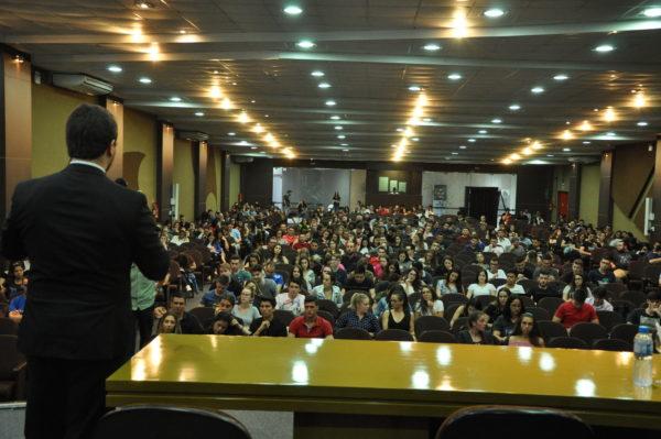 Público assiste a palestra do dr. Paulo Romano, na segunda noite do evento.