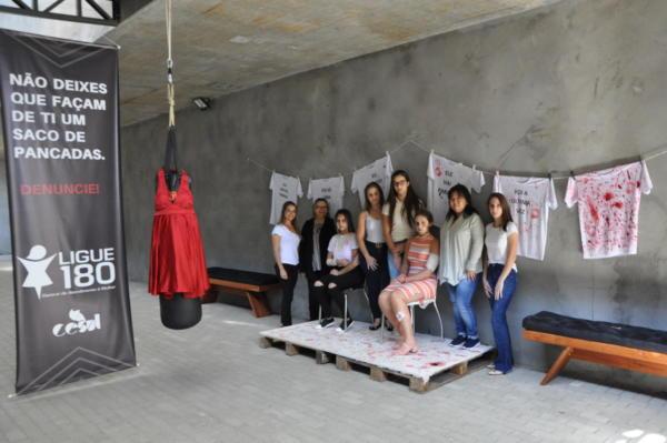 Algumas das alunas do 5º período que participaram da ação, com a professora Roseli Alves, coordenadora do Curso de Direito.