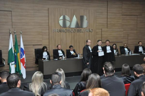 Gabriel Ilkiu dos Santos, um dos 29 novos advogados formados pelo Cesul, recebendo sua certificação da OAB entregue por Luiz Carlos D'agostini Júnior, presidente da OAB/PR - Subseção de Francisco Beltrão, e Ciro Alberto Piasecki, conselheiro estadual da OAB/PR.